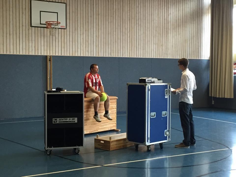 Offene Hilfen - 2. Drehtag: Männer-Sportgruppe. Dominik im Gespräch mit Jürgen, einem Teilnehmer der Sportgruppe. Kameramann und Projektleiter Lukas war so begeistert, dass er gleich selbst mitkickte ;)