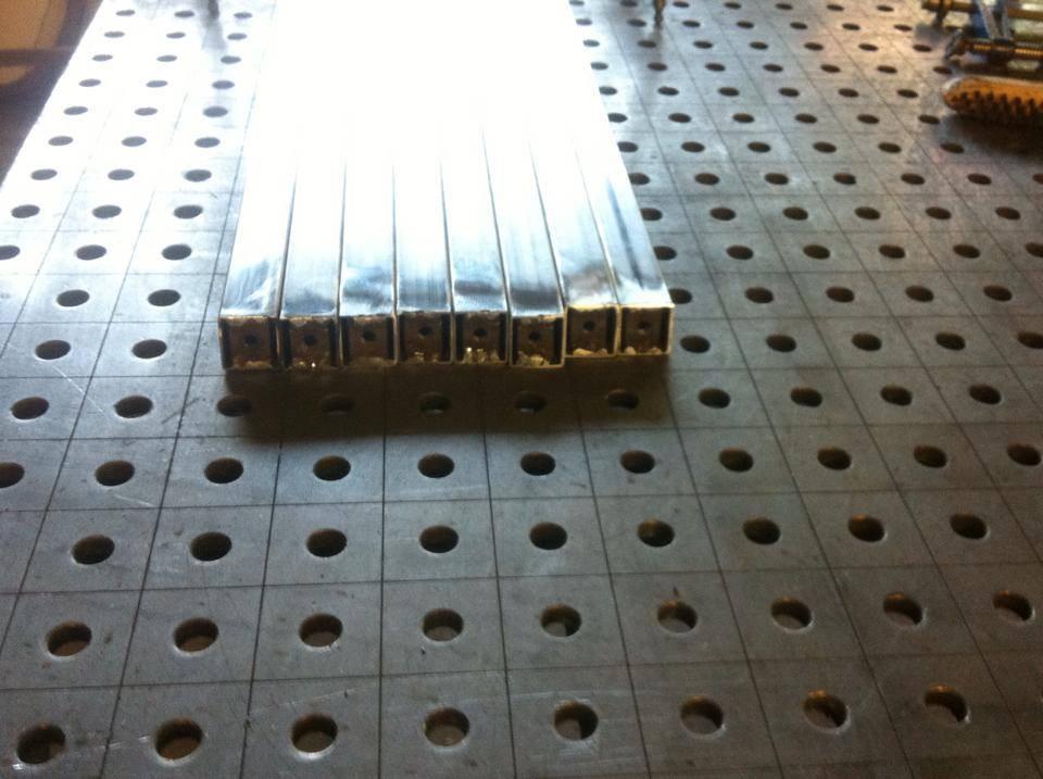 Acht der zwölf Tischbeine mit Halterungen für bewegliche Füße, die sich jedem Untergrund anpassen.