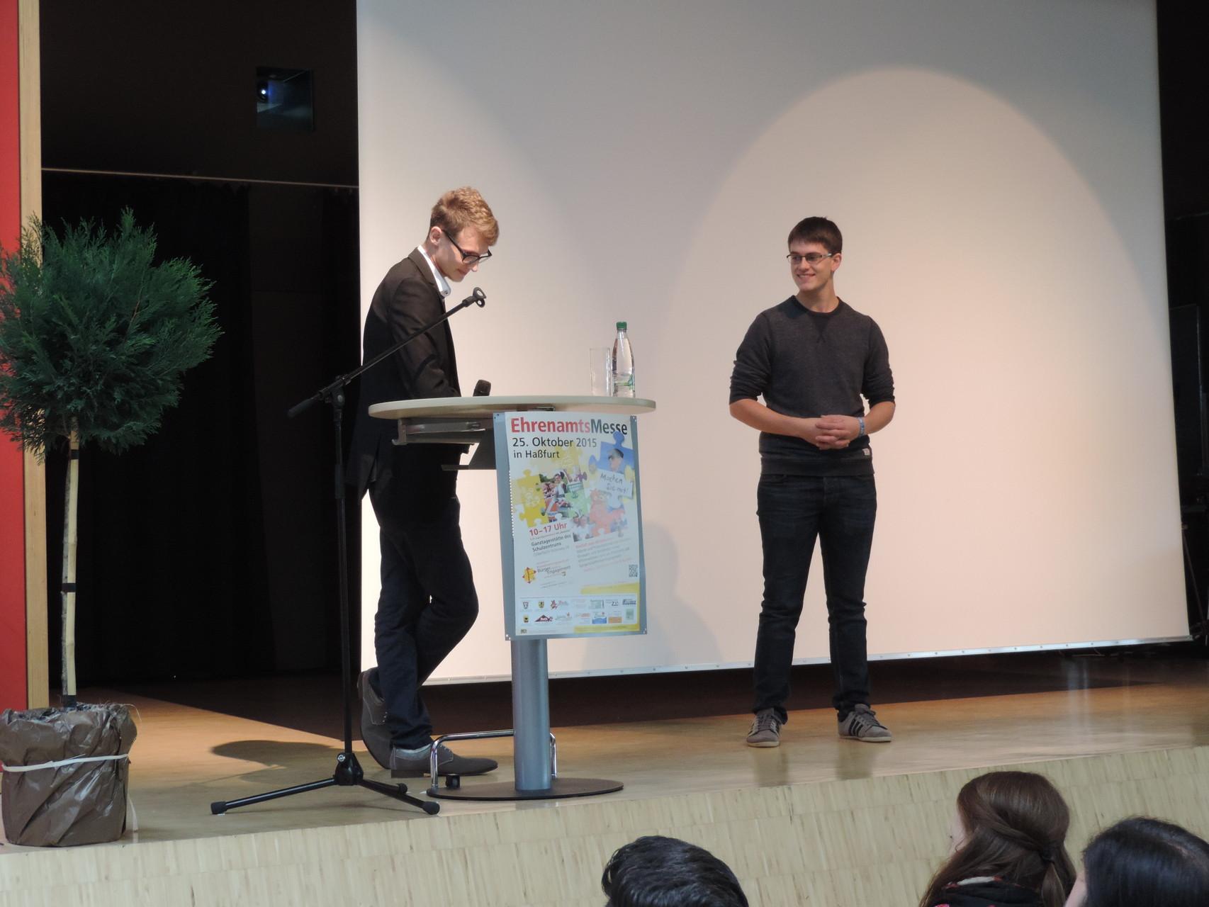 Rechts im Bild Projektleiter Lukas, der sich auf der Bühne seinen verdienten Applaus für sein ehrenamtliches Engagement abholt ;) Er hat den Kurzfilm gedreht, geschnitten, vertont...
