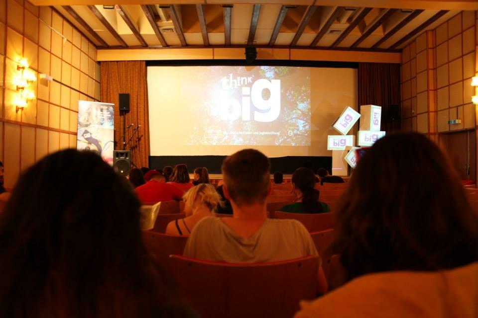 Die Eröffnung im Kino, das für die Versammlungen im Plenum genutzt wurde. (Foto: Melanie Silies)