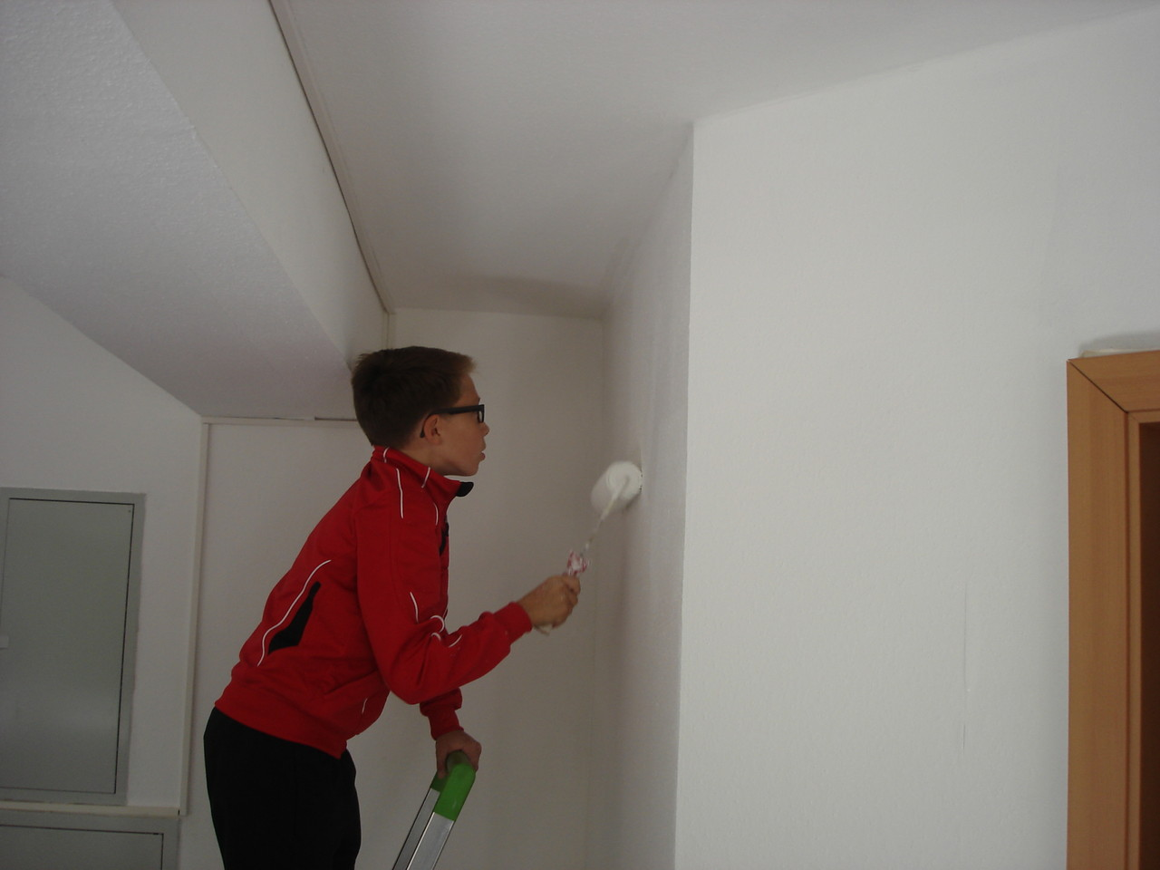Nicht nur die Wände, auch die Decke wurde neu weiß gestrichen