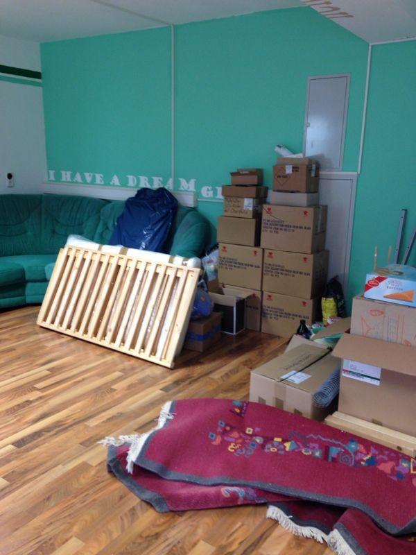 Die Couch steht - übrig gebliebene Kisten mit Sachspenden und Arbeitsmaterialien werden noch entfernt