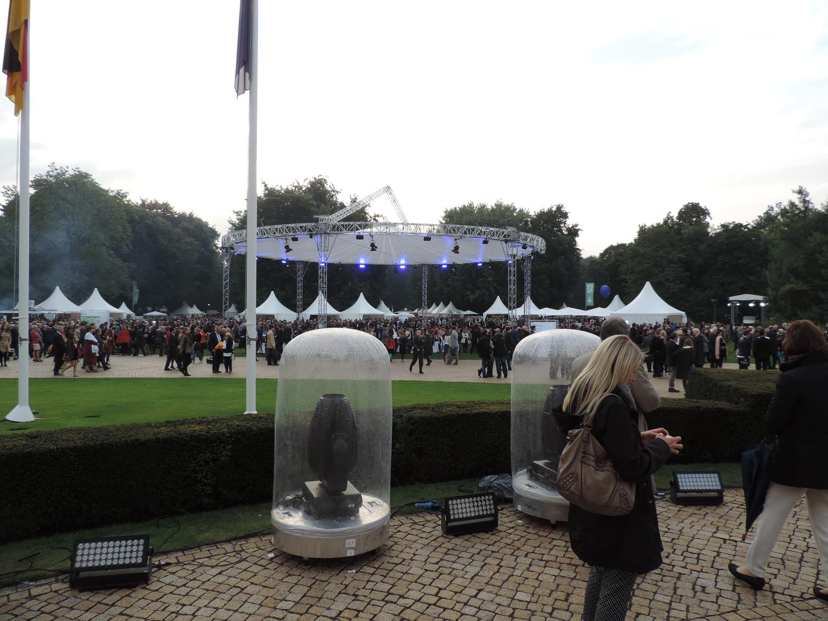 Der gigantische Platz vor der Hauptbühne mit zahlreichen Zelten. Hier stellten sich viele bekannte soziale Organisationen und Unternehmen vor. Außerdem gab es Essen und Getränke kosten- und grenzenlos :P