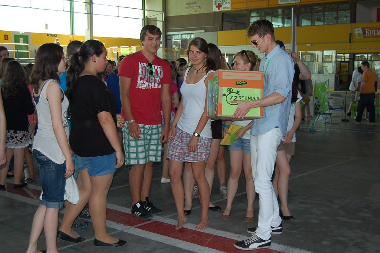 """Wir bekommen unsere """"Kiste"""" - mit T-shirts, Banner, usw."""
