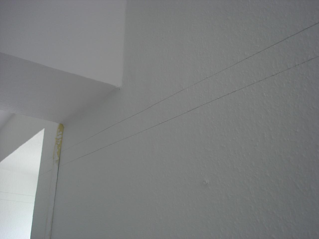 Erste Linien werden mit Bleistift gezogen, um den weißen Wänden später einen Hauch von Farbe zu verpassen