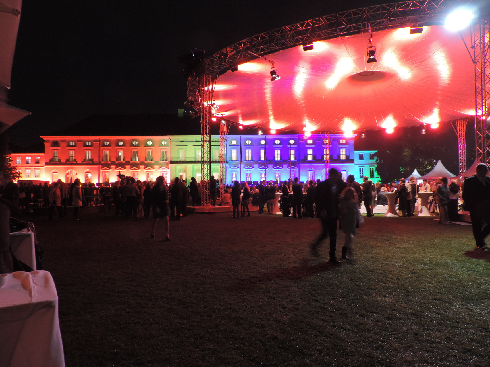 Schloss Bellevue bei Nacht mit wechselnder Beleuchtung - sehr hübsch anzusehen ;)