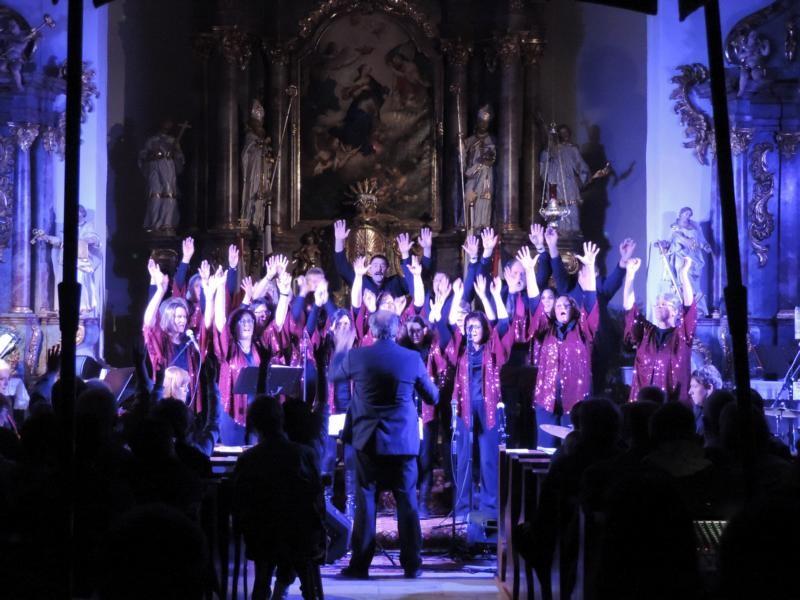 """Kurz vor Schluss gaben Band und Chor noch mal richtig Gas - das Publikum stand auf und feierte """"Praising People"""" mit Standig Ovations"""