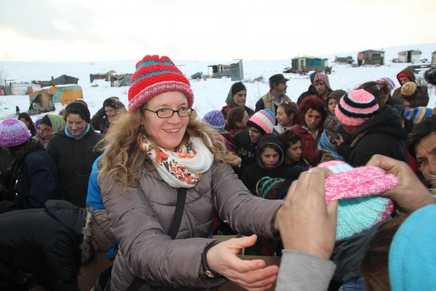 Menschenansammlung beim Verteilen der mitgebrachten Hilfsgüter auf einer Mülldeponie in Rumänien