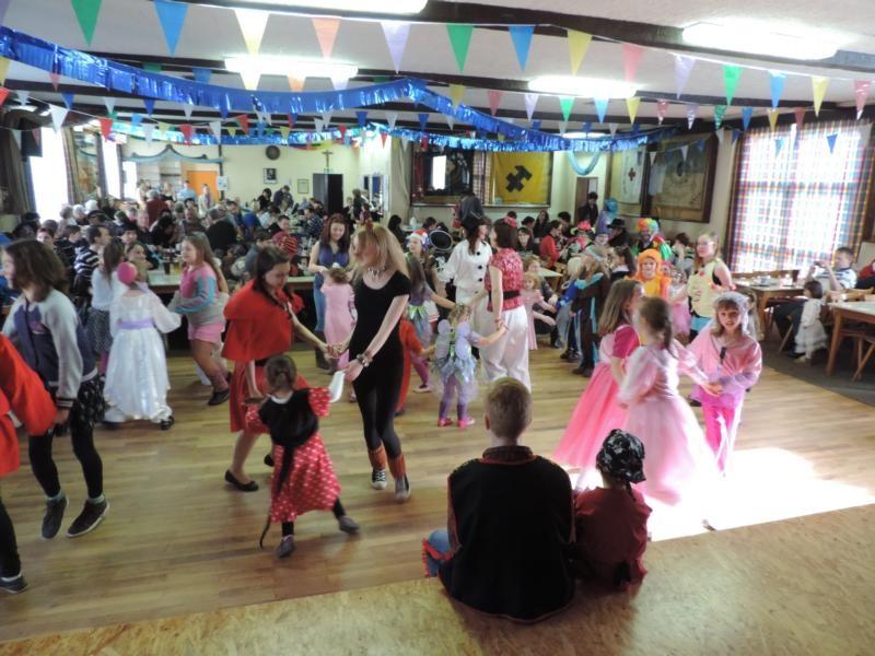 Franzi und Nina tanzen zu Klassikern wie Cowboy & Indianer und das Rote Pferd - die Kinder tanzen begeistert mit