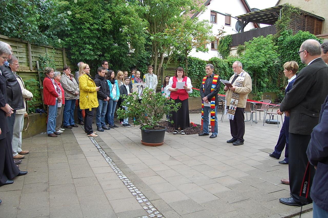 Pfarrer Theiler und Pfarrer Grosser übergeben den Garten im ökumenischen Einklang seiner Bestimmung