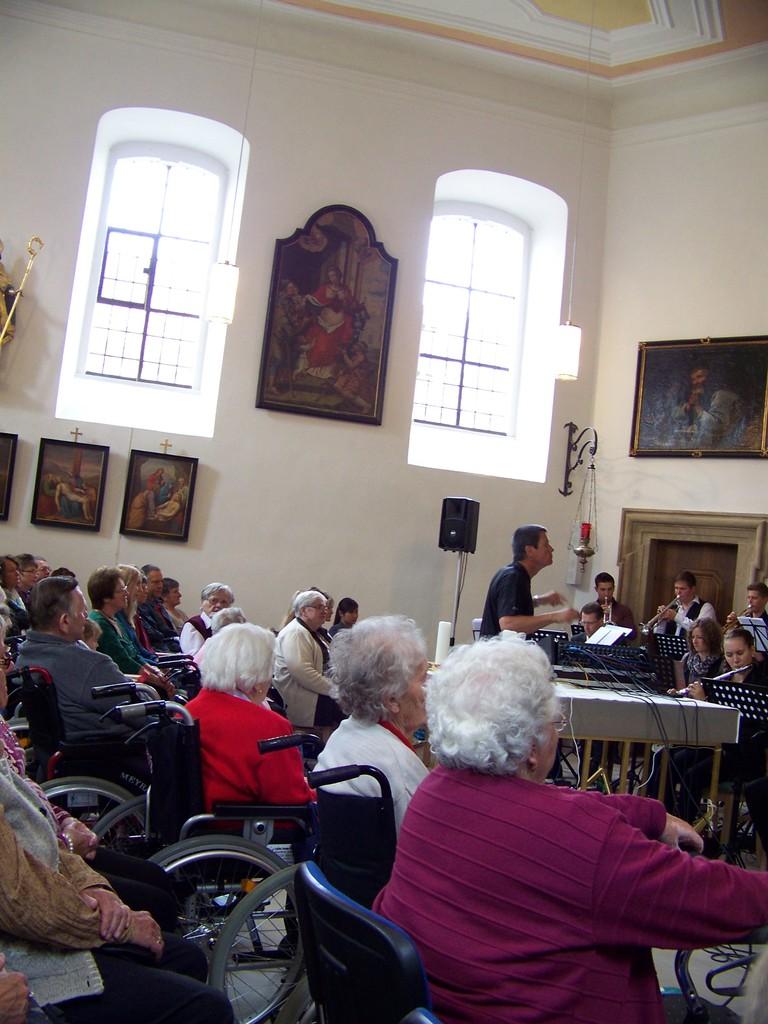 Auch zahlreiche Bewohner vom St. Elisabeth lauschten den Klängen der Musik und erinnerten sich an die 40er bis 70er-Jahre zurück...