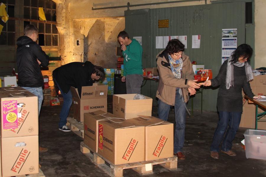 Nahrungsmittelpakete für Moldawien werden geschnürt