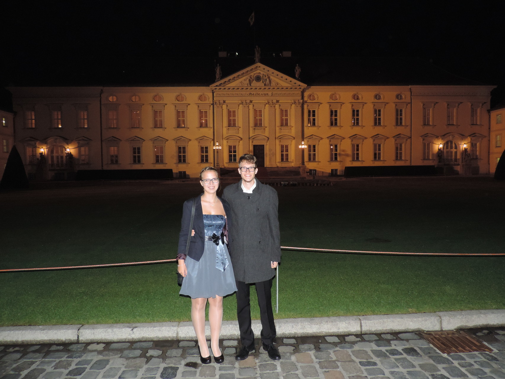Dominik mit Begleitung Jana - im Hintergrund die Vorderseite des Schlosses