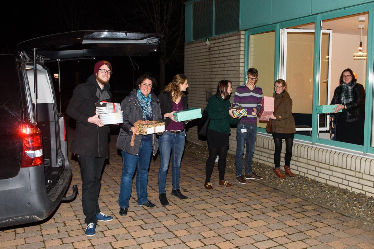 Alle Alumni brachten zum Vernetzungstreffen Happy Boxen mit, in denen sich nützliche Alltagsgegenstände für die Flüchtlinge in der Region befanden. Dominik hat im Namen der IHADG natürlich auch ein Päckchen geschnürt und mitgebracht.