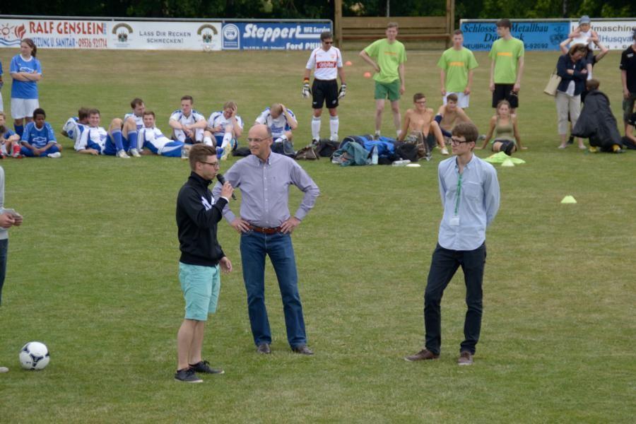 Christoph Gockler (2. Vorstand des VfR Kirchlauter) begrüßt Spieler und Gäste