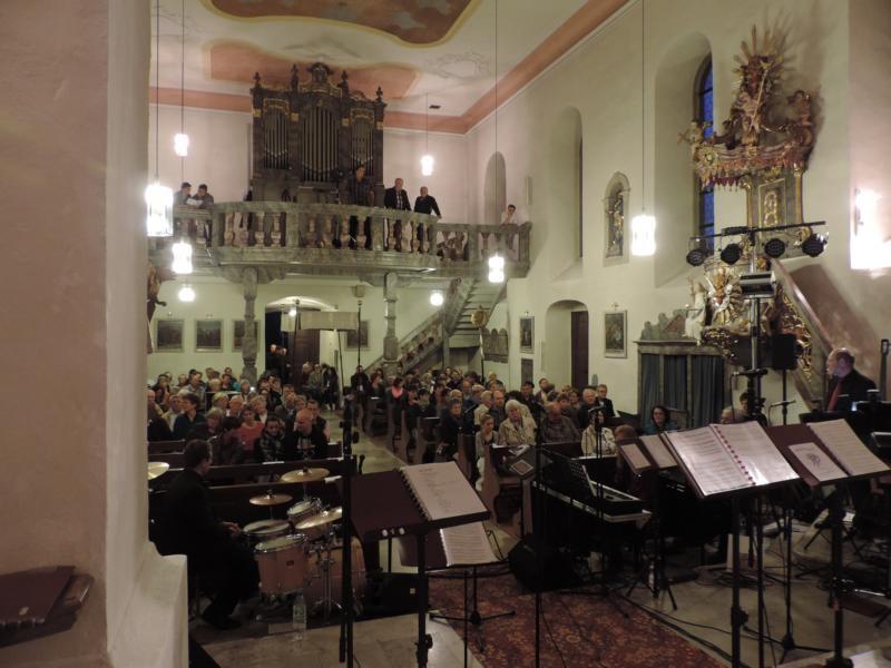 Und dann füllte sich die Kirche nach und nach - zwischen 150 und 200 Gäste waren es am Ende :)