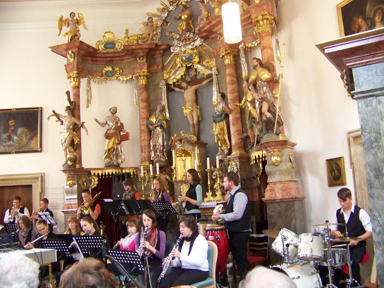 Gerade so passte das 20-köpfige Ensemble in die kleine Kirche hinein