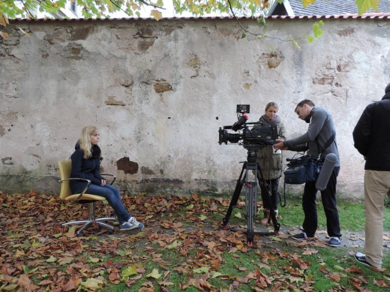 Katha bereitet sich auf ihr Interview vor...