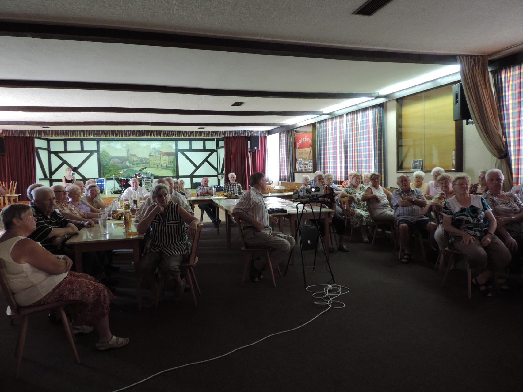 Wir müssen nicht immer durch den ganzen Landkreis reisen, um ehrenamtlicher Arbeit zu begegnen. Ein Beispiel dafür ist der regelmäßig stattfindende Seniorennachmittag in Kirchlauter.