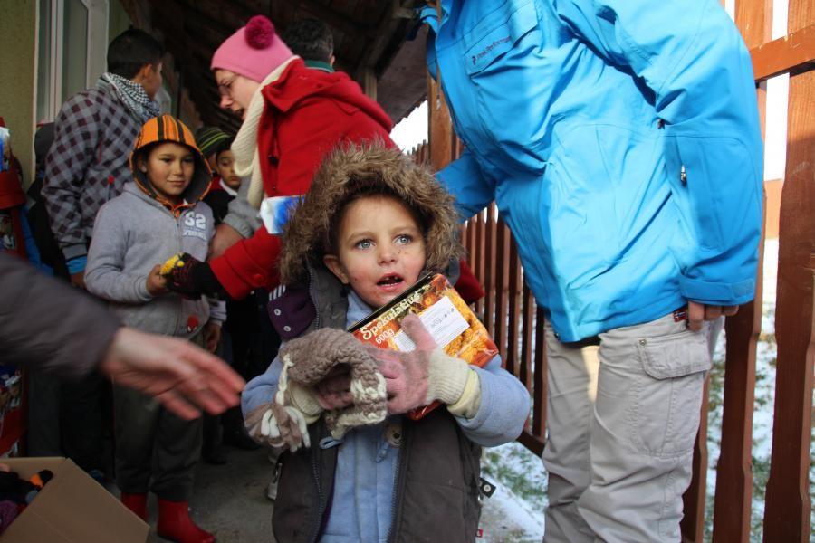 Gespendete Strickmützen werden an Kinder in Moldawien verteilt