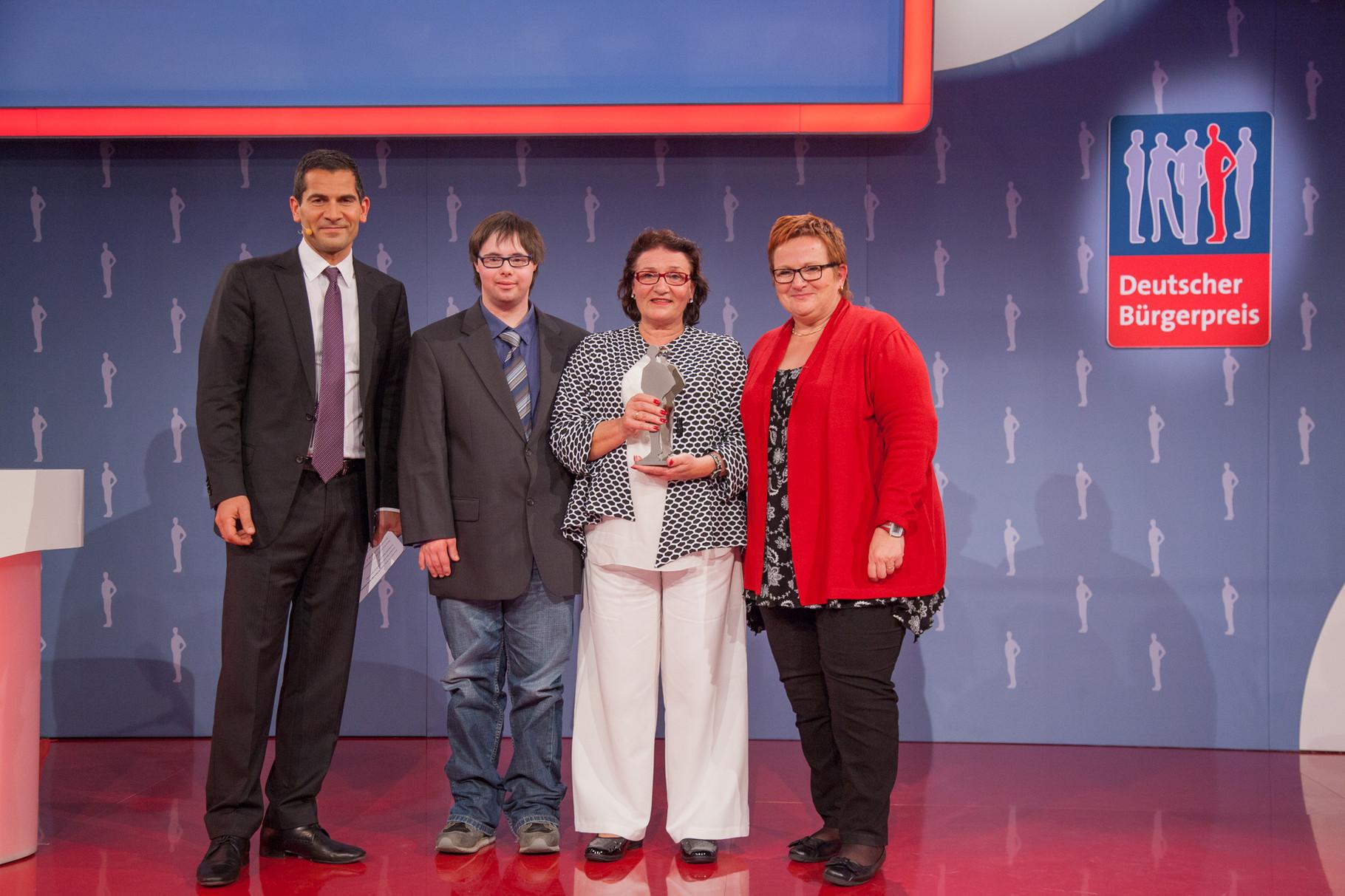 Maria Klein (zweite von rechts) wurde für ihr Lebenswerk ausgezeichnet und das verdient! Seit Jahrzehnten unterstützt sie Menschen, die Kinder mit Down-Syndrom haben.