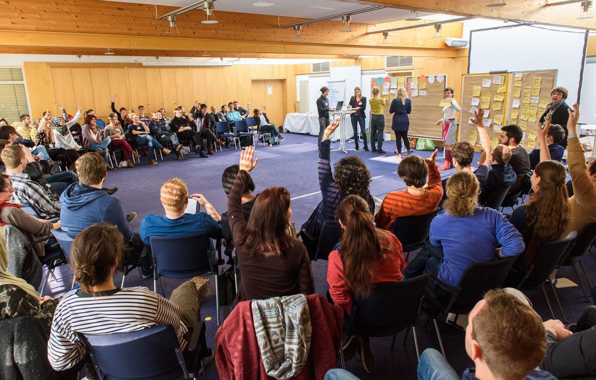 Im Plenum näherte man sich der Methode des SocialBarCamps an, das beim Vernetzungstreffen eine zentrale Rolle spielen sollte.