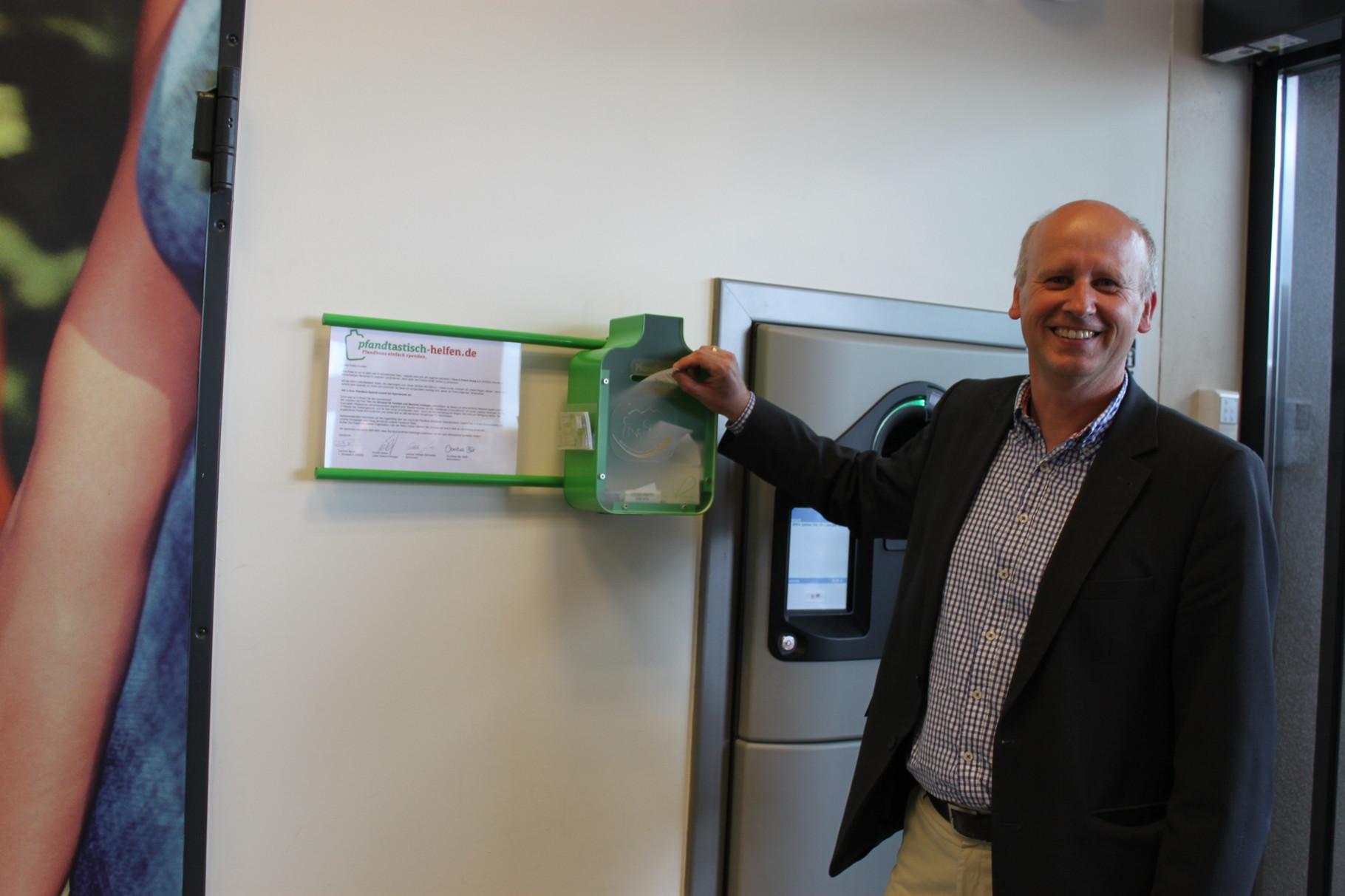 Stefan Paulus, der 1. Bürgermeister von Knetzgau, hat zur Eröffnung gleich vorbildlich einen Getränkekasten mitgebracht und den daraus resultierenden Pfandbon-Wert umgehend gespendet - vielen Dank! :)