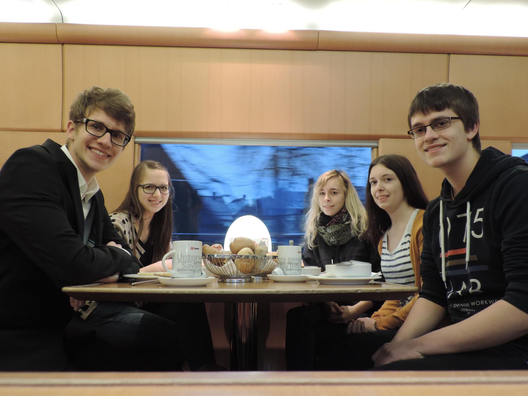 Beim leckeren Frühstück im Zug!
