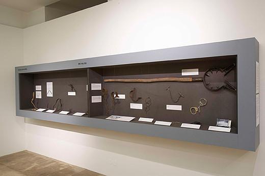 Das Schergenfangeisen (rechtes Fenster oben) und weitere Folterinstrumente (Bildrechte: OÖ. Landesmuseen / Ernst Grilnberger)