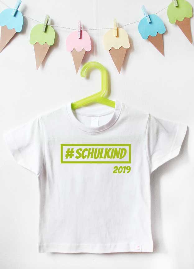 T-Shirt Einschulung | Hashtag Schulkind - weiß & grün