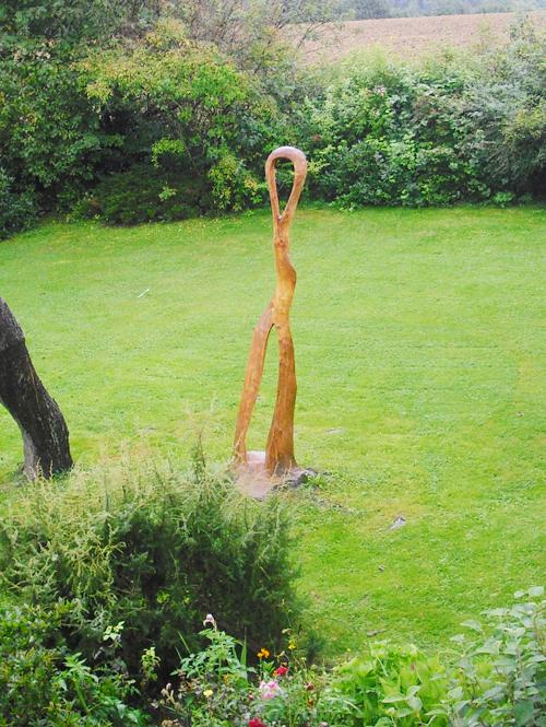 Skulptur  »Tänzerin« aus einem Fichtenstamm, H: 3 m