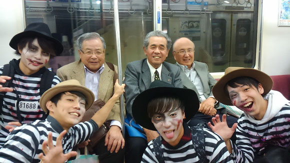 帰りの電車の中で。そういえばハロウィーンでした。