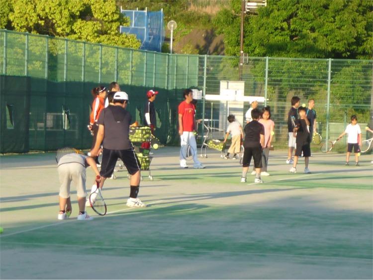 太陽が丘で親子で一緒にテニスを楽しみましょう!初めての方も経験者の方もお待ちしています。