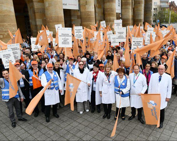 Über 600 Ärztinnen und Ärzte aus dem Öffentlichen Gesundheitsdienst unterstützten auf der Kundgebung vor dem Kongresspalais in Kassel lautstark diese Forderungen.