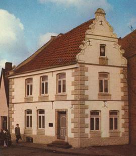 """Das """"Kivelingshaus"""" am Markt 8 - erbaut 1583 - ist eines der ältesten Bürgerhäuser der Stadt. Mit seinem geschwungenen Sandsteingiebel, zum Marktplatz ausgerichtet, zeugt es von alter Tradition. Seit 1964 befindet es sich im Besitz der Kivelinge"""
