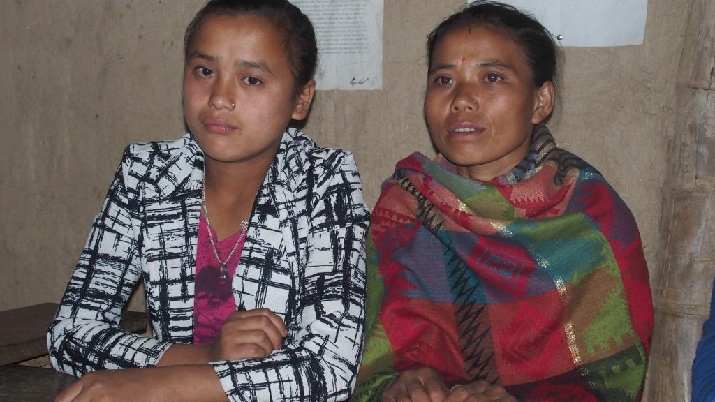 Parents et enfants écoutent Ram qui leur explique la charte de parrainage de TFN-FRANCE