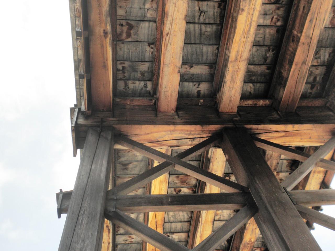 見上げる木組み