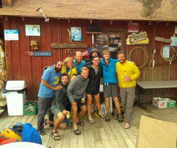 le joyeux groupe à Kennedy Meadows, bière aidante