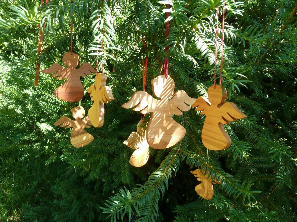 Holzengel aus Kirsch für Weihnachten, Schutzengel für das Kinderzimmer
