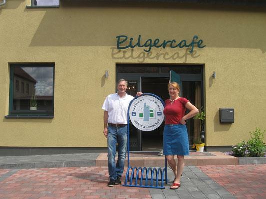 Petra Schumacher und Ewald Reichstein vor dem Eingang ins Pilgercafe