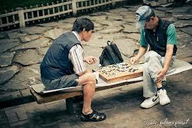 Erwachsene Go-Spieler in einem Park in Asien