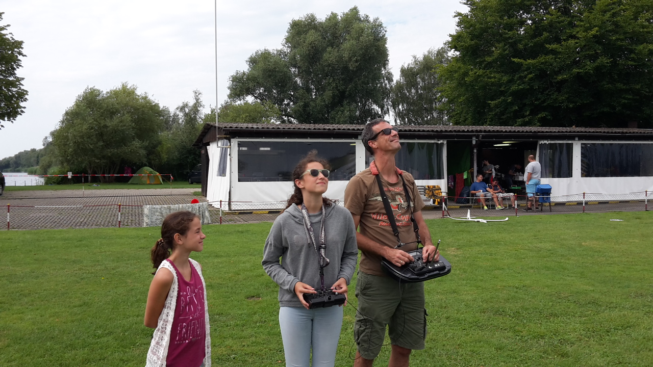 Familien-Lehrer-Schüler-Fliegen... jaaa, Modellflug ist nicht nur was für Jungs ;)