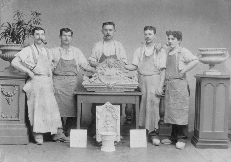 Carl Maaß (Mitte) mit Töpfergesellen um 1900