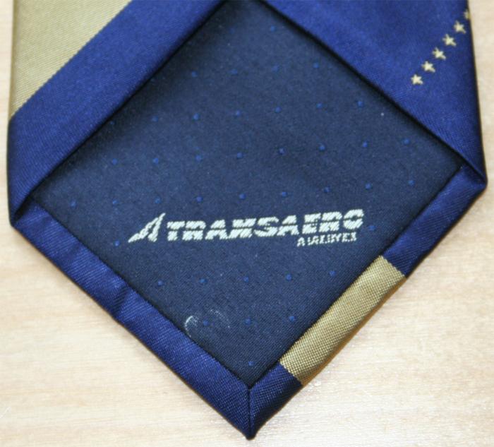 Ein Logo auf dem Futter der Krawate