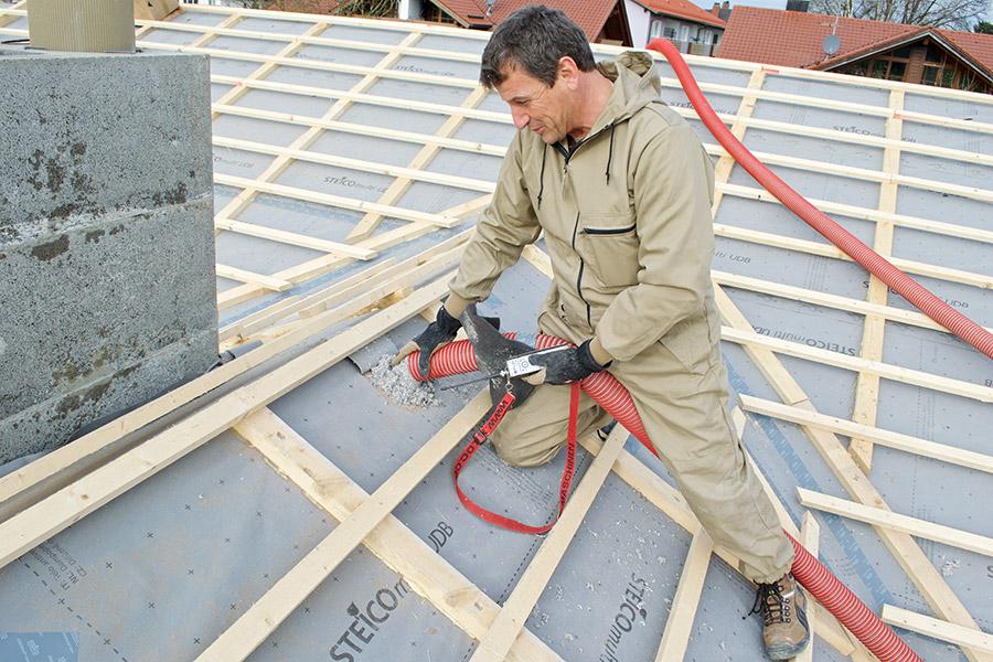 STEICOfloc Einblasdämmung Verarbeitung auf dem Dach