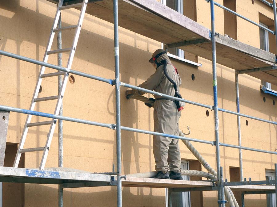 STEICOzell Einblasdämmung Verarbeitung an der Fassade