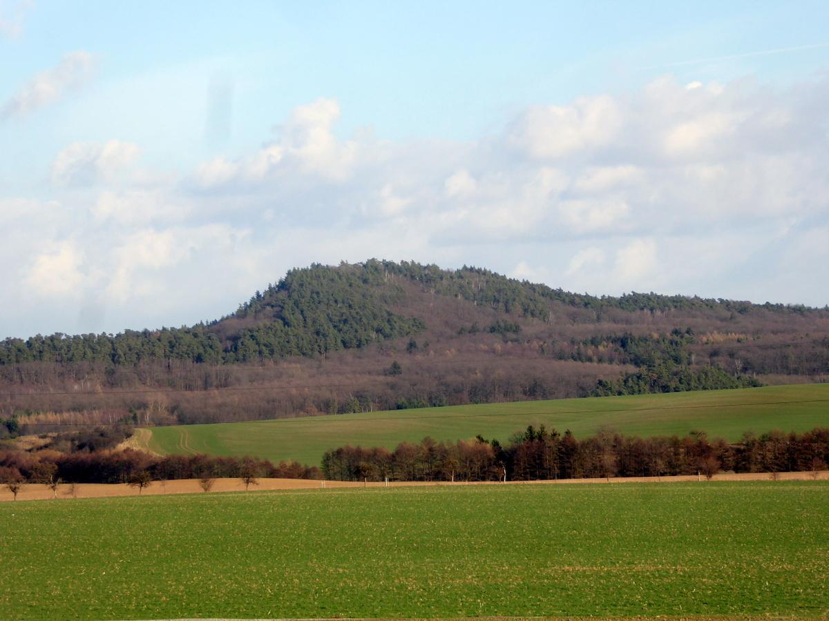 """Der Hoppelberg am Tage, rechts davon das """"kleine Sonnental"""""""