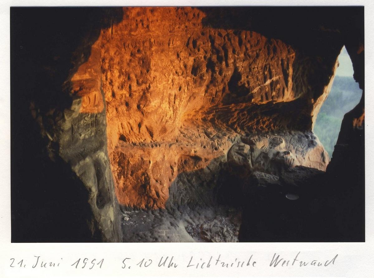 Das Licht streift die Felswand