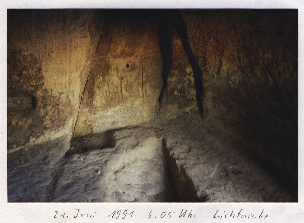 Die Wand mit den Symbolen in der Kammer