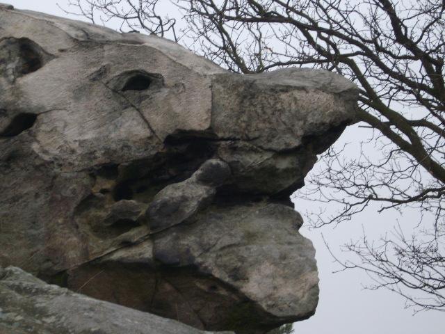 Am Rand findet man noch sehr markante Felsen